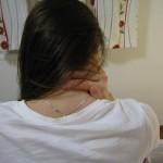 držení krku při bolesti